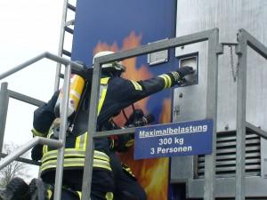 Im Brandübungscontainer können Brandszenarien in geschlossenen Räumen simuliert werden. 120 Feuerwehrleute aus Günzburg und den umliegenden Gemeinden übten dem Container. Foto: Sabrina Schmidt