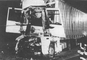 Total deformiert wurde bei dem Zusammenstoß die Fahrerkabine des französischen Lkw. Zwei Folgeunfälle gingen zum Glück glimpflich ab. Bild: März