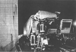 Stundenlang bemühten sich die Rettungskräfte, den schwerst verletzen Lkw-Fahrer aus den Trümmern seines Fahrzeugs zu bergen. Bild: Kappelmeier
