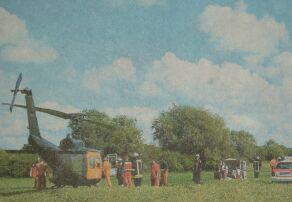 In einer 20000 Volt Hochspannungsleitung verfing sich gestern Nachmittag der Fallschirm einer 31-jährigen Frau. Durch den Kontakt mit der Stromleitung erlitt sie schwere Verbrennungen. Der alarmierte Rettungshubschrauber flog sie in eine Spezialklinik. Bild: Deger