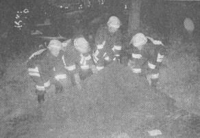 Schwere Stahlplatten mussten die Feuerwehrleute nach einem Lkw-Unfall auf der Autobahn bergen.