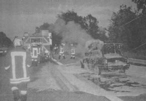 Die Feuerwehr löschte am Dienstagabend einen brennenden Pkw auf der Autobahn. Die beiden Insassen konnten sich rechtzeitig ins Freie retten. Bilder: Feuerwehr Günzburg