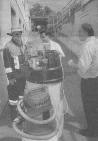 Helmut Stammer, Kommandant der Günzburger Feuerwehr, im Gespräch mit Technikern, die die defekte Anlage überprüften.