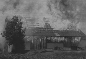 Die Scheune im Güzburger Donauried brannte komplett nieder. Vermutlich wurde das Gebäude von einem Blitz getroffen, so ein Sprecher der Feuerwehr. Bild: Bernhard Weizenegger