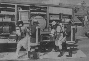 Mit Schutzanzügen ausgerüstet dichten die Mitglieder des ABC-Zuges das Leck des defekten Lastwagens ab. Auch die Bevölkerung wurde vorsorglich gewarnt.
