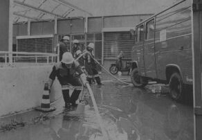 Die Notaufnahme des Kreiskrankenhauses am Sonntagabend: Durch das heftige Unwetter wurde die Einfahrt überflutet, Feuerwehrleute pumpten das Wasser ab, um den Weg ins Krankenhaus frei zu bekommen.