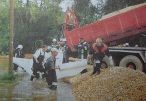 Rettung in letzter Minute: Mit einigen hundert Tonnen Schotter und Folie errichteten Feuerwehrmänner aus Günzburg und den Stadtteilen am Volksfestplatz einen Schutzdamm gegen die steigenden Fluten der Donau. Bild: Thomas Stuhler