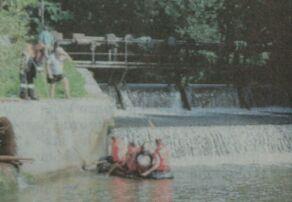 Mitglieder der Feuerwehren suchten Staubereich und Ufer nach dem Jungen ab. Bilder: Daniel Mack