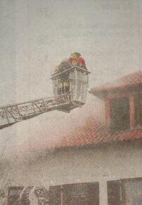 Mit der Drehleiter bekämpten die Feuerwehren die Flammen auf den Dach des Wohnhauses im Memmenhausen.
