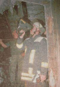 Mit Hilfe der Wärmebildkamera spürte die Günzburger Feuerwehr versteckte Glutnester auf, um sie zu bekämpfen. Bilder: Foto Weiss
