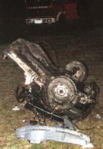 Den Helfern an der Einsatzstelle bot sich ein schreckliches Bild: Das Auto des jungen Mannes wurde komplett auseinander gerissen, in weitem Umkreis lagen Teile des Fahrzeugs verstreut. Auch der Wagen der 19-jährigen Frau (links) wurde schwer beschädigt.<br> Bilder: März