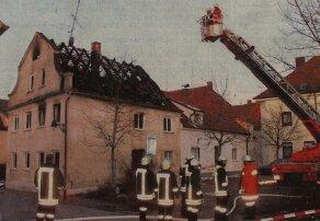 Vom Korb der Drehleiter aus nehmen Feuerwehrleute das Dach des ausgebrannten Hauses in der Ichenhauser Altstadt in Augenschein Bilder: Daniel Mack