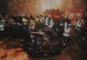 Total zerstört wurde bei einem Unfall auf der B10 bei Leipheim der Wagen eines 37-jährigen. Rettungskräfte mussten den Mann aus seinem Auto befreien. Bild: Georg Schalk
