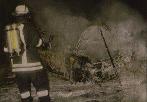 Auf der A8 brannte am Sonntagabend der Wagen eines 24-jährigen Augsburgers vollständig aus. Der Pkw war wegen überhöhter Geschwindigkeit ins Schleudern geraten und hatte beim Aufprall auf die Mittelleitplanke Feuer gefangen. Durch das Löschwasser verwandelte sich die Autobahn In Sekunden In eine Eisfläche. Bild: Feuerwehr