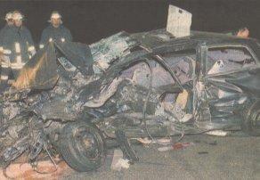 Keine Rettung mehr gab es für den 37-jähringen Fahrer dieses Autos, der am Samstagabend auf der A8 bei Günzburg quer zur Fahrbahn liegen geblieben war. Bilder: Ernst Mayer