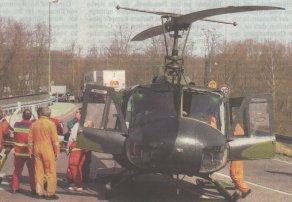 Für die Landung eines Rettungshubschraubers musste die B16 an der Donaubrücke gestern Vormittag gesperrt werden. Nach einem Zusammenstoß mit einem Lastwagen wurde eine lebensgefährlich verletzte Fußgängerin nach Ulm geflogen. Doch die Ärzte im Bundeswehrkrankenhaus konntender 59-Jährigen nicht mehr helfen: Sie starb am Nachmittag im Bundeswehrkrankenhaus an ihren schweren Verletzungen. Bild: Ulrich Wagner
