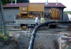 Die neue Gasleitung zwischen Günzburg und Deubach hat die Freiwillige Feuerwehr Günzburg auf ihre Dichtigkeit geprüft. Unser Bild zeigt die Wassereinspeisung an der Übergabestation zwischen Günburg und Offingen. Am heutigen Donnerstag wird eine so genannte Druckprobe mit etwa 100 bar durchgeführt, um die Standfestigkeit der Leitung zu testen. Bild: Feuerwehr