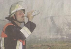 Hitze und Rauch machten am Mittwochvormittag den Feuerwehrkräften zu schaffen. Der Günzburger Feuerwehrkommandant Christian Eisele gönnte sich deshalb einen Schluck aus der Wasserflasche. Bild: Ulrich Wagner