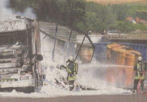 Ausgeglühte Lastwagenwracks auf der Autobahn zwischen Günzburg und Burgau: 14 Löschfahrzeuge waren gestern Vormittag nötig, um die Flammen zu tilgen