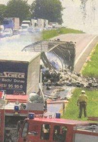 Mit diesem Unfall, bei dem zwei Lastwagen völlig ausbrannten, begann gestern Mittag ein nie dagewesenes Verkehrschaos im nördlichen Landkreis. Bild: Ulrich Wagner
