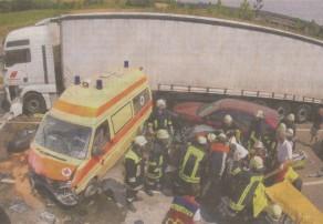 Spektakulärer Unfall mit Rettungswagen: Zahlreiche Einsatzkräfte helfen bei der dramatischen Bergung des verunglückten 28-jährigen Autofahrers auf der B 16 nahe Deffingen