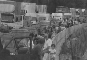 Nach dem Zusammenstoß zweier Sattelzüge brach an der Unfallstelle auf der A8 zwischen Günzburg und Burgau Feuer aus. Die Flammen griffen auf ein Getreidefeld neben der Autobahn über. Es brannte ab. Die Folgen: kilometerlange Staus, stundenlanges Warten. Das Landratsamt Günzburg rief den Notfall aus, den