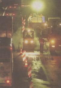 Mittwochnacht rückten noch die Kräften der Autobahnmeisterei an. Sie mussten die rechte Fahrspur neu asphaltieren.