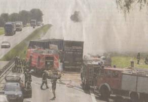 Feuerwehren aus dem ganzen Landkreis rasten am Mittwochvormittag zur Unfallstelle auf der A8 zwischen Günzburg und Burgau. Zwei Lastwagen waren in Brand geraten.