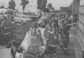 Über 4.000 Getränkeflaschen verteilten die BRK-Heifer auf die sieben Einsatzfahrzeuge. Die Erfrischungen wurden zu den im Stau festsitzenden Menschen gebracht.