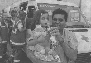 """""""Wir werden uns immer an Günzburg und die freundliche Art hier erinnern"""", sagt Khurram Syed. Für seine vierjährige Tochter Sara hatten die Helfer des BRK-Kreisverbandes Günzbug nicht nur ein kühles Getränk, sondern auch ein Plüschtier im Gepäck."""