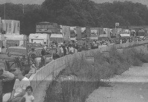 Bei sengender Hitze kamen die Fahrzeuge stundenlang keinen Meter voran. Die Geduld der Wartenden wurde gestern auf eine harte Probe gestellt.