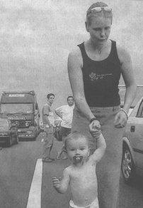Dem 15 Monate alten Kilian litt unter der Hitze. Seine Mutter Christina Gutschenreiter wollte nur schnell von Ulm nach Offingen.