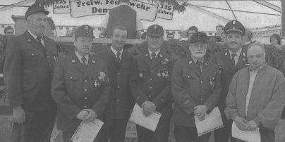 OB Gerhard Jauernig (Dritter von links) und Kreisbrandinspektor Gerhard Hillmann (Zweiter von rechts) zeichneten die treuen Denzinger Feuerwehrmänner aus: Erwin faber, Günther Schmid, Anton Weilbacher, Wilhelm Speer und Gerhard Kaufmann (von links)