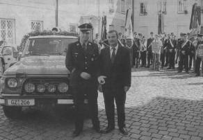 Feuerwehrkommandant Bernhard Ziegler und Oberbürgermeister Gerhard Jauernig vor dem neuen Schnelleinsatz-Fahrzeug der Günzburger Feuerwehr. Bild: Dieter März