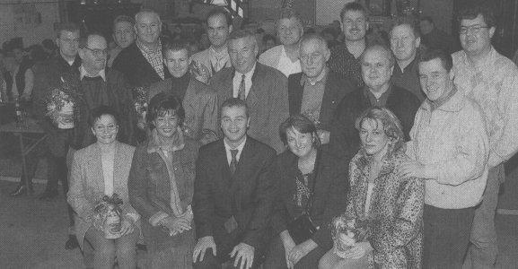 Links und rechts eingerahmt von Schaustellern des Volksfestes 2002: Günzburgs Oberbürgermeister Gerhard Jauernig. Dahinter Schausteller und Helfer der Hochwasserflut an der Flut (11. bis 13. August), die zu einem Fest geladen wurden. Bild: Paul