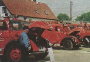 um Gründungsfest der Wasserburger Feuerwehr war  auch eine Fahrzeugschau historischer Löschfahrzeuge zu sehen. Sie stieß auf  großes Interesse. Bild: Paul Schmidt