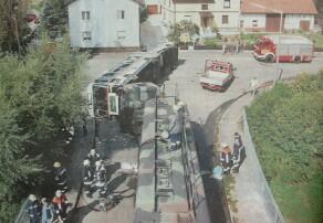 """In dieser Kurve in Remshart """"verunglückte"""" zu Übungszwecken am Samstagvormittag ein Schulbus. Das Szenario wirkt täschend echt, als die Einsatzkräfte eintrafen. Bild: Paul"""