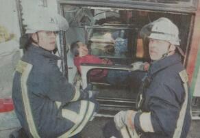 Erwin und Thomas Killewald von der Offinger Feuerwehr bergen Passagiere aus dem umgestürzten Bus. Bild: Paul